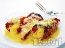 Рецепта Пълнени червени чушки с кайма и ориз с бял сос в тава на фурна
